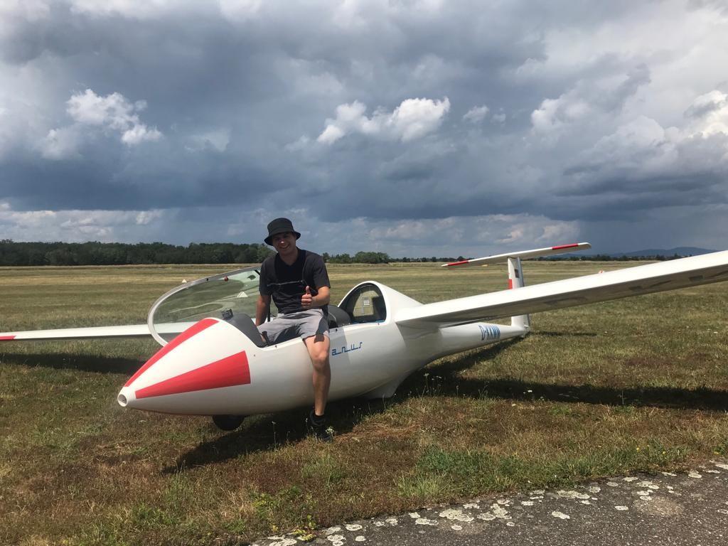 Daniel nach seinem zweiten ersten Alleinflug auf dem Janus CM des Sportflieger-Club C. F. Meerwein e. V. auf dem Flugplatz Bremgarten (EDTG).